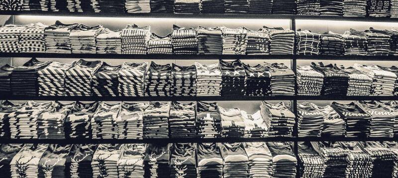 Fast fashion ruhák polcon