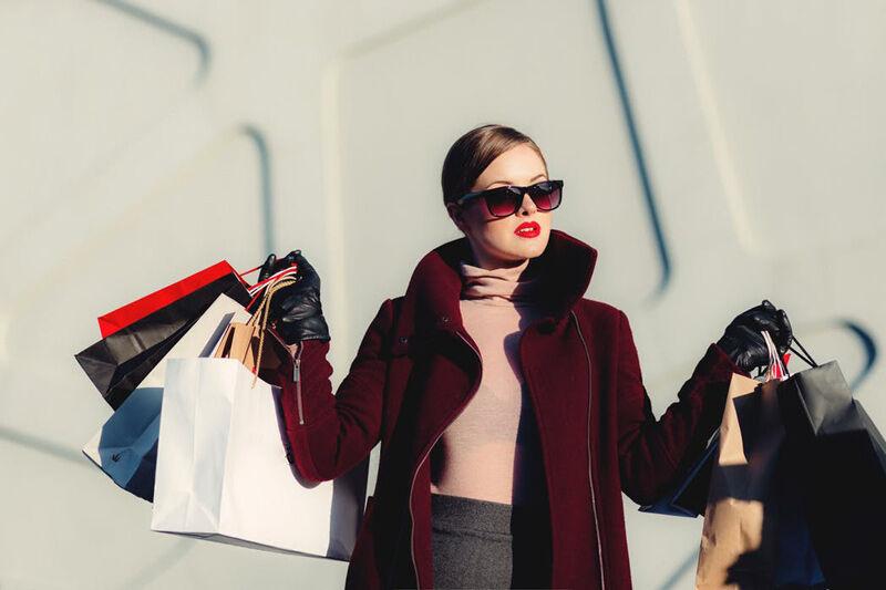 Vásárló modern divatos nő táskákkal