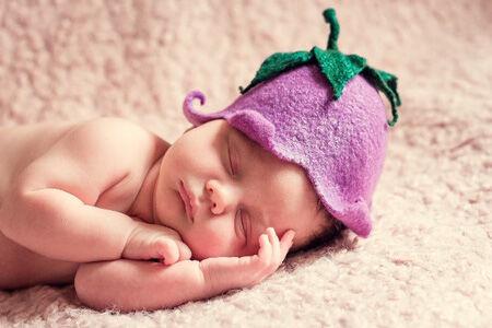 7 dolog, amit NE vigyél ajándékba unoka születésére - alvó újszülött