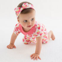 Bájos kislány baba napozó epermintával