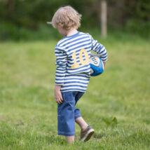 Stílusos sétány kisfiú rövidnaci